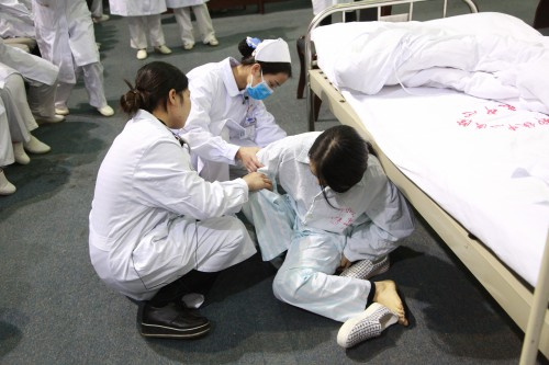 实习生演练患者跌倒与坠床应急处理)-柳铁中心医院举办首届规培生图片